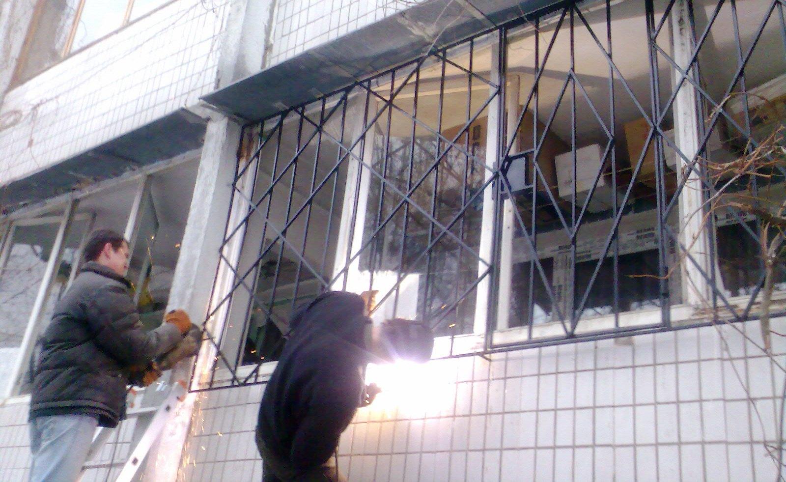 Установка решеток на балконы.